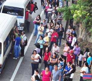 El uso de transporte público implica dificultades para todas las personas. Los transportistas aseguran que todavía no empiezan a realizar cambios exigidos por el reglamento para un mejor servicio a personas con capacidades especiales. /DEM