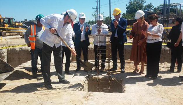 Director General del ISSS, Ricardo Cea colocando la primera piedra de la UM. Cortesía: ISSS
