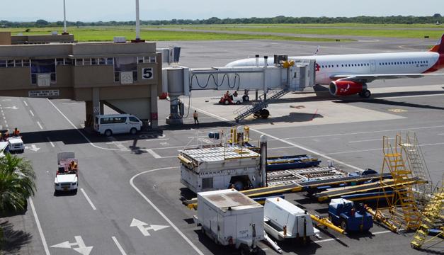 El aeropuerto Monseñor Romero recibe, cada año, más de dos millones de pasajeros, lo que supera su capacidad. / dem