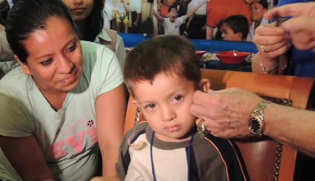 Uno de los niños beneficiados en la campaña con un aparato auxiliar. /cecilia morales