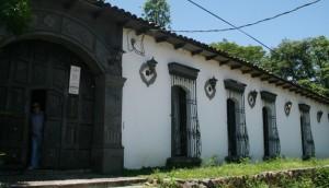 La Asamblea Legislativa aprobó, el año pasado con 72 votos, la petición del cineasta, escritor y promotor cultural y turístico Alejandro Coto, de ser sepultado en su hogar en la ciudad de Suchitoto, departamento de Cuscatlán.DEM