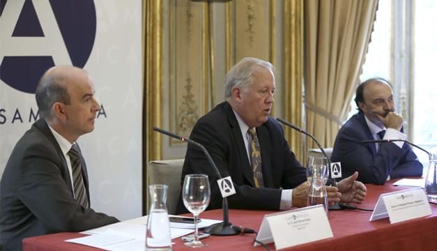 El consejero del Departamento de Estado de EEUU, Thomas A. Shannon ,  acompañado por el secretario de Estado para Iberoamérica y Cooperación español, Jesús Gracia y el director de Internacional de Efe, José Manuel Sanz Foto/EFE
