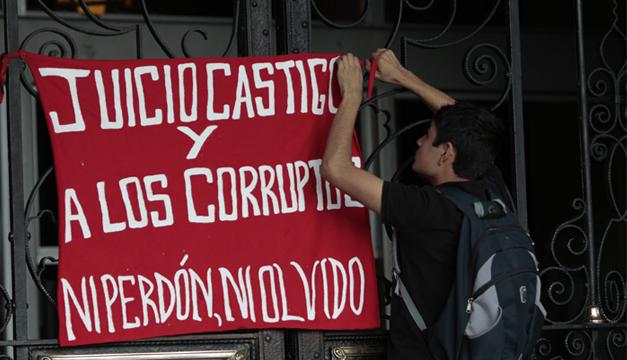 Joven guatemalteco denunciando la corrupción de su país. Foto/EFE