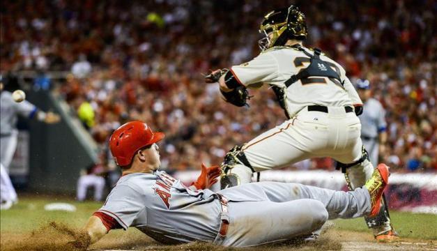 Mike Trout (i) de Liga Americana se barre a la base ante Buster Posey (d) de Liga Nacional durante el Juego de las Estrellas de la MLB, el 14 de julio de 2015, en el Great American Ball Park de Cincinnati, Ohio (EEUU). EFE