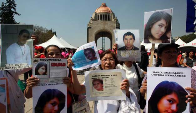 Mujeres denuncian en México la desaparición de sus hijos.  EFE
