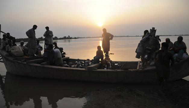 Varias personas son rescatas por un equipo de fuerzas oficiales en Layyah, Punyab, Pakistán. EFE