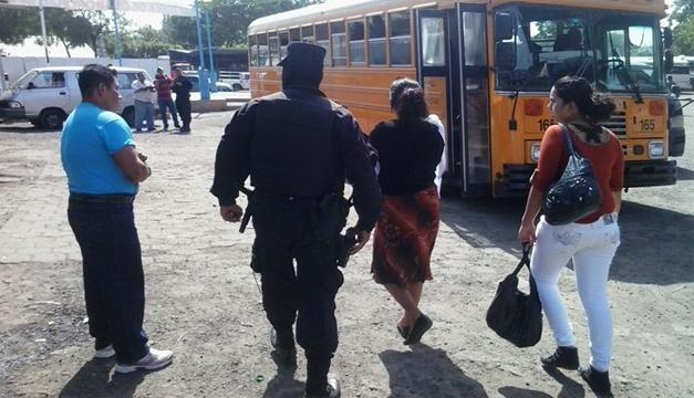 PNC puso a disposición transporte gratis para usuarios en Terminal de Oriente para desplazarse  hacia San Miguel y La Unión. Foto W.U/DEM