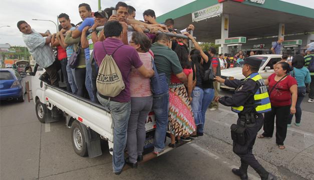 Población trasladándose por otros medios. Foto/EFE