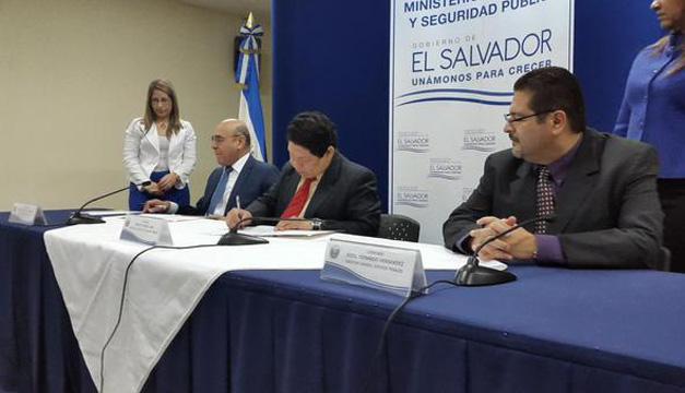 Ministro de Seguridad, Benito Lara junto al Director de Centros Penales, Rodil Hernández y el Ministro de Educación, Carlos Canjura. Cortesía @MiSeguridad_SV.