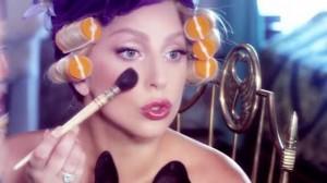 Lady Gaga maquillándose en la sesión. Tomada de su cuenta de instagram.