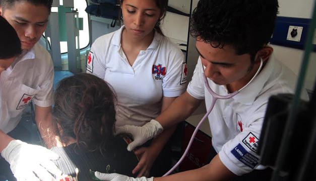 Cruz Roja atendió a heridos en accidente entre microbús del transporte colectivo y una ambulancia. Foto Cruz Roja.