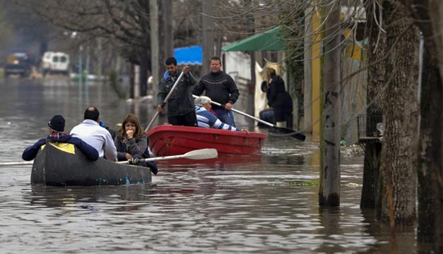 Habitantes navegan por las calles inundadas en la localidad de Luján, provincia de Buenos Aires. Foto/EFE