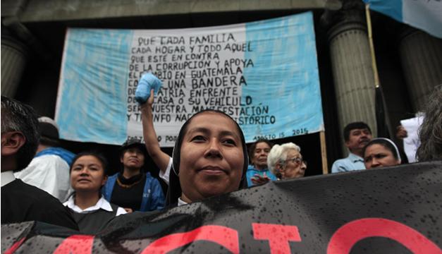 Una religiosa participa durante una protesta para exigir la renuncia del presidente Otto Pérez Molina. EFE