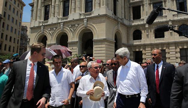 El secretario estadounidense de Estado, John Kerry (d), realiza un recorrido por el centro histórico de La Habana (Cuba), acompañado por el historiador de la ciudad Eusebio Leal (c) /EFE