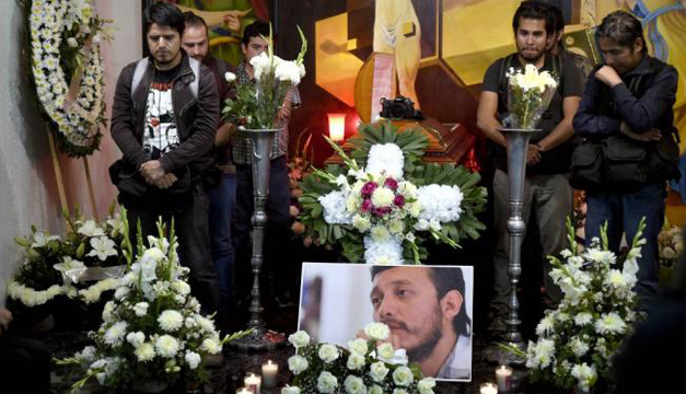 Amigos de Espinoza acompañándolo en su funeral. Foto/EFE