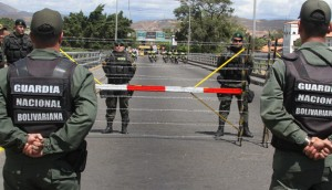 Oficiales de la Guardia Nacional Bolivariana custodian la frontera. EFE