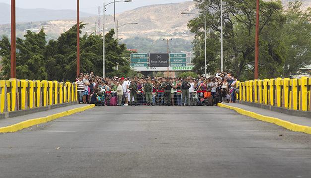 Un grupo de personas en el lado colombiano de la frontera con Venezuela. Foto/EFE