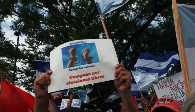 Simpatizantes marchan exigiendo campañas libres. Foto/EFE