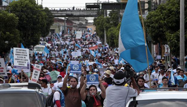 Miles de guatemaltecos  marcharon en contra la corrupción donde decidieron no reconocer a Otto Pérez Molina como actual presidente del país y le exigen su inmediata renuncia. Foto/EFE