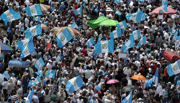 Guatemaltecos marchan pidiendo la renuncia de Otto Pérez Molina. Foto/EFE
