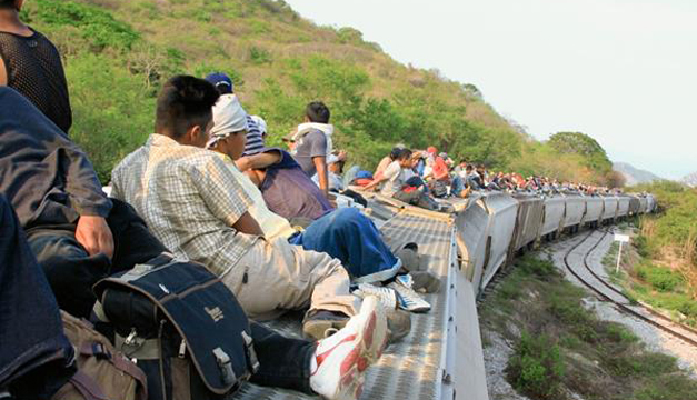 """Migrantes que viajan en el tren conocido como """"La Bestia"""". Tomada de internet."""