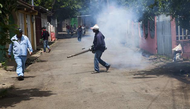 Personal del Ministerio de Salud de Nicaragua realiza labores de fumigación en un barrio. EFE