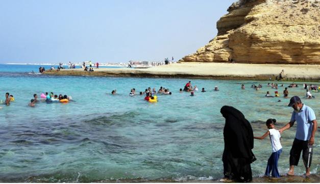 Los egipcios se remojan en el Mediterráneo en Marsa Matruh. EFE