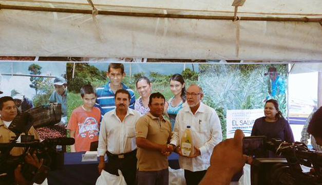 Ministro de Agricultura Orestes Ortez haciendo entrega de los paquetes. Cortesía: MAG.
