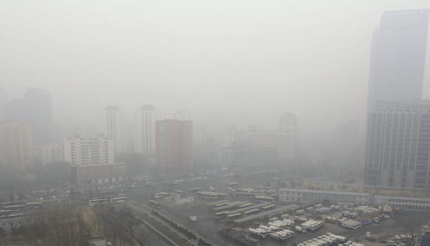 Fotografía de archivo de la niebla causada por la polución en Pekín. EFE/