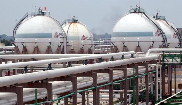 Imagen de una refinería de la empresa estatal Petróleos Mexicanos. EFE
