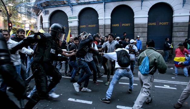 Manifestantes se enfrentan a policías antidisturbios. EFE