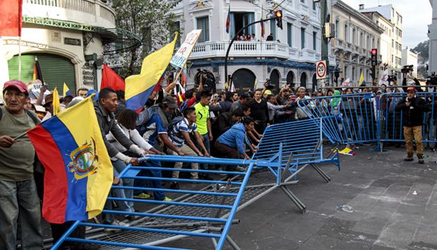 Manifestantes desmontan vallas  en inmediaciones del Palacio de Gobierno de Quito. EFE