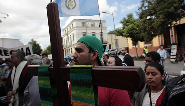 """Religiosos guatemaltecos participan en la """"peregrinación de la indignación"""", para rechazar la corrupción y demandar las reformas electorales . Foto/EFE"""
