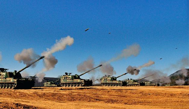 Fotografía de archivo tomada el 13 de noviembre de 2014 durante unas maniobras militares en Corea del Norte y Corea del Sur intercambiaron hoy disparos en la frontera, después de que el régimen de Kim Jong-un descargara una ronda de artillería hacia la parte surcoreana de la Zona Desmilitarizada. EFE