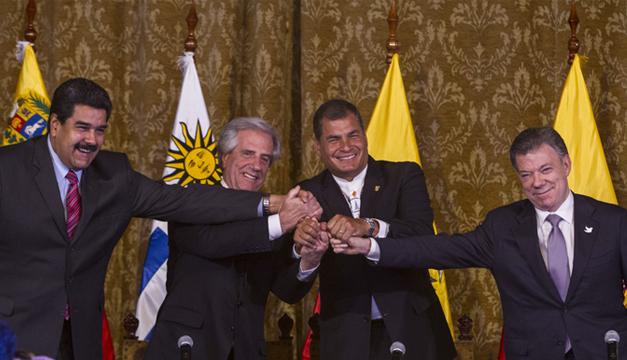 El presidente de Venezuela, Nicolás Maduro (i); el presidente de Uruguay, Tabaré Vazquez (2i); el presidente de Ecuador, Rafael Correa (2d) y el presidente de Colombia, Juan Manuel Santos (d), estrechan sus manos. /ACAN-EFE
