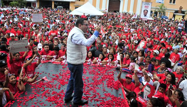 Manuel Baldizón, candidato presidencial en Guatemala por el partido opositor Libertad Democrática Renovada, en cierre de campaña . EFE