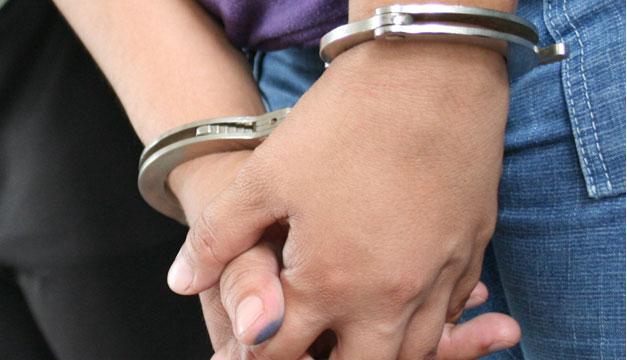 Detenido-esposado