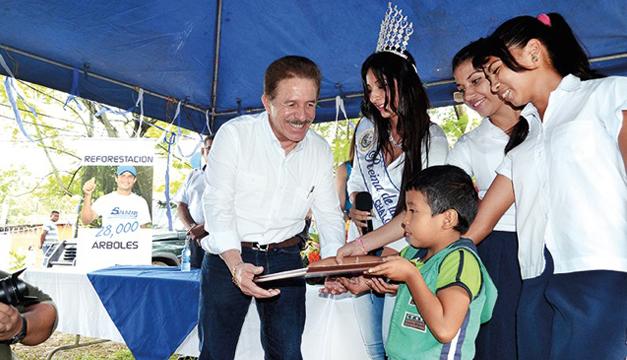 El Ing. José Raúl Salazar, presidente de Salazar Romero recibe el reconocimiento.