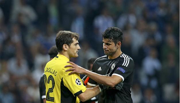 El jugador del Chelsea Diego Costa,  estrecha la mano del portero Íker Casillas. Foto/EFE