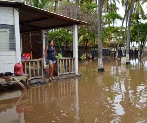 LLUVIAS-Inundacion-de-Ranchos-Playa-el-SUNZAL-La-Libertad