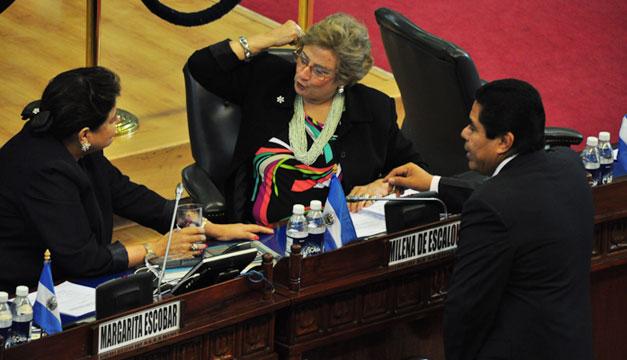 Milena-Calderon-Margarita-de-Escobar-Asamblea