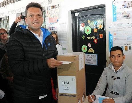 El candidato presidencial por el Frente Renovador, Sergio Massa, ha votado hoy, 25 de octubre de 2015, en la localidad de Tigre, provincia de Buenos Aires.