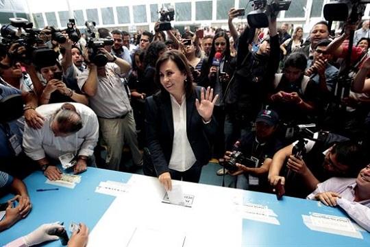 La candidata presidencial Sandra Torres, de la Unidad Nacional de la Esperanza (Une), deposita su voto hoy, domingo 25 de octubre de 2015, en Ciudad de Guatemala.