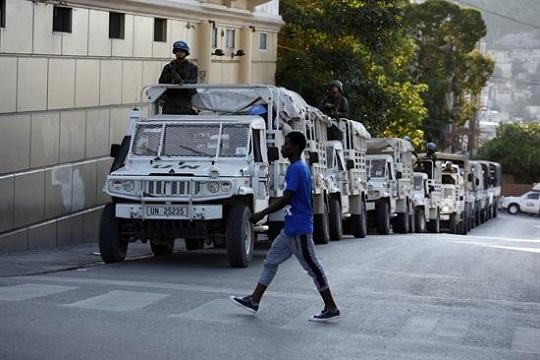 Integrantes brasileños de los Cascos azules recorren las calles al finalizar el proceso electoral hoy, domingo de octubre de 2015, en Puerto Príncipe (Haití).
