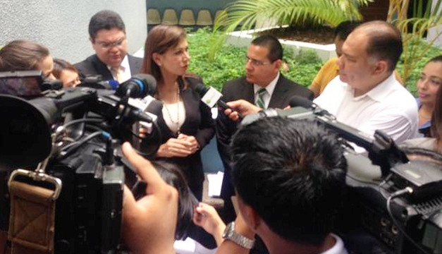 FOTO: Extraída de la cuenta oficial de Ana Vilma Escobar en Twitter.