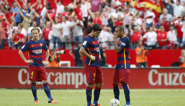 El centrocampista croata Ivan Rakitic (i), el delantero uruguayo Luis Suárez (c), y el delantero brasileño Neymar Jr. (d), del FC Barcelona, tras encajar el segundo gol del Sevilla, Foto/EFE
