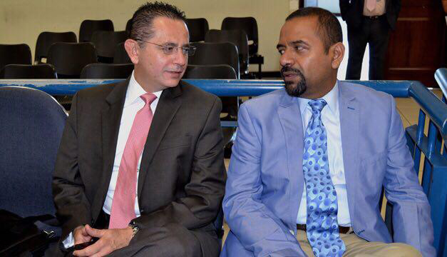 A la derecha, el abogado René Medrano acusado de falsedad.