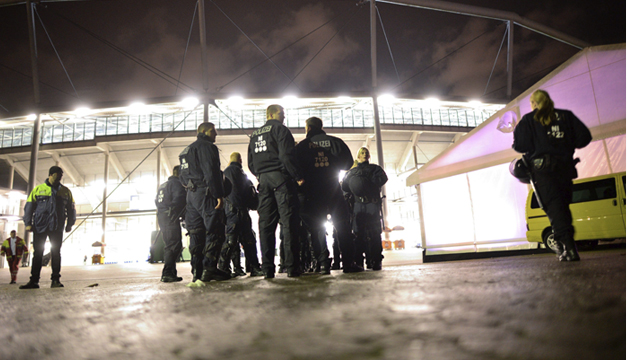 Agentes de policía, frente al IDH Arena de Hanover. EFE