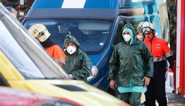Varias personas, vestidas con un traje de protección, abandonan la Gran Mezquita de Bruselas, Bélgica. EFE