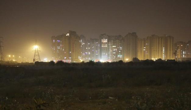 Edificios bajo una nube de contaminación en Nueva Delhi. EFE